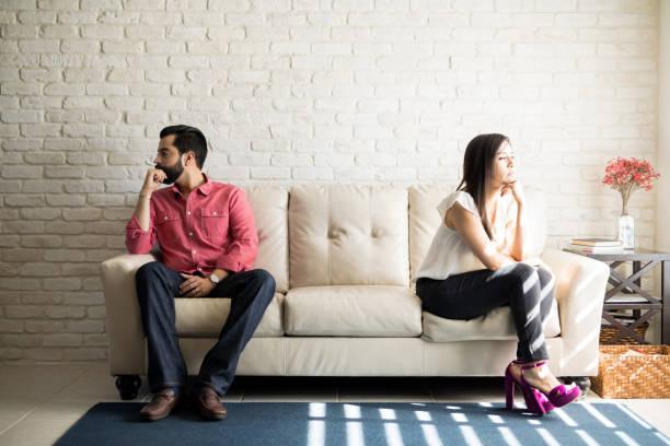 casal irritado, ignorando os outros - distante - fotografias e filmes do acervo