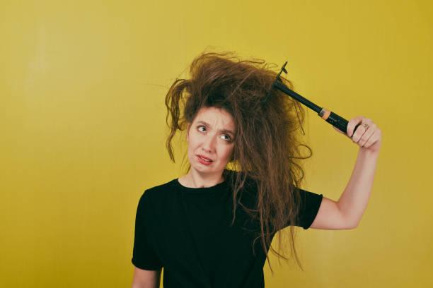 rahatsız kız saçları tarak - kabarık saç stok fotoğraflar ve resimler