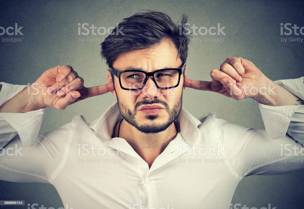 Verärgert Manndeckung Ohren – Foto
