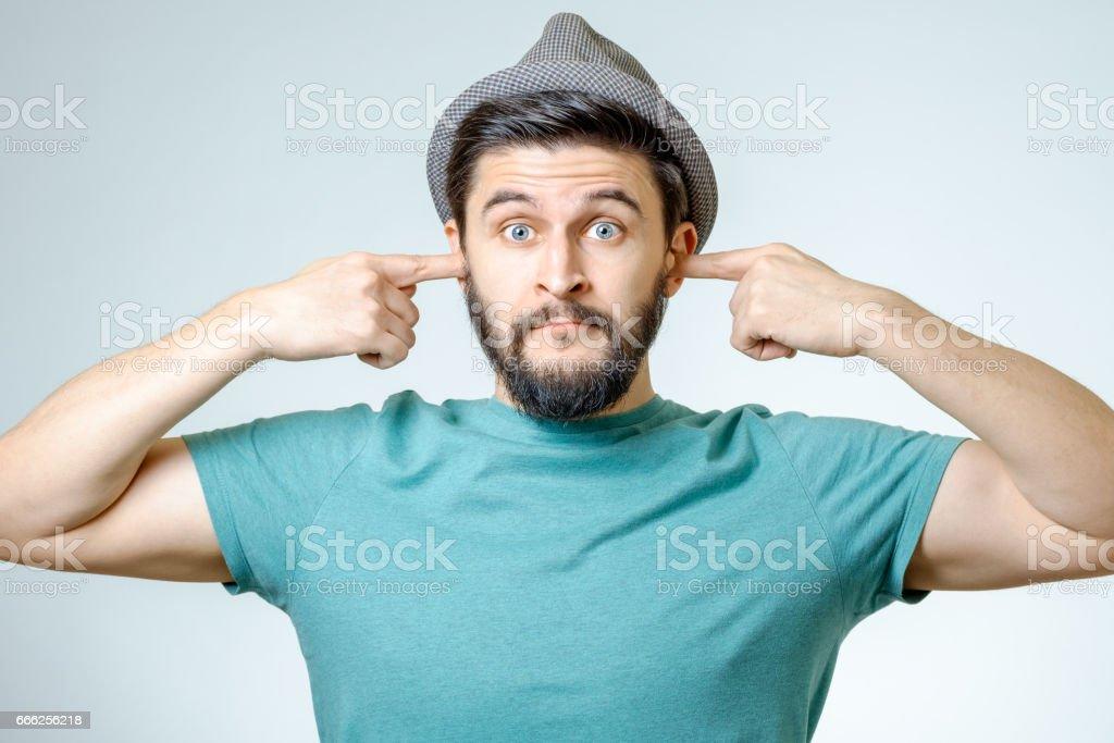 Verärgert Jüngling einstecken Ohren mit Händen isoliert - Lizenzfrei Eine Person Stock-Foto