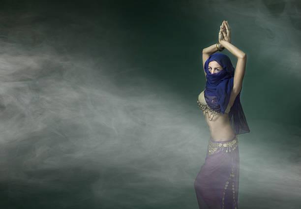 anonyme bauchtänzerin mit burka auf gesicht - burka stock-fotos und bilder