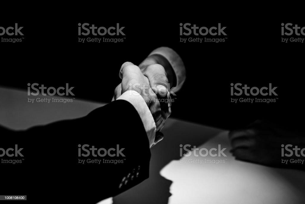 Anonyme Geschäftspartner machen Handshake im Schatten – Foto