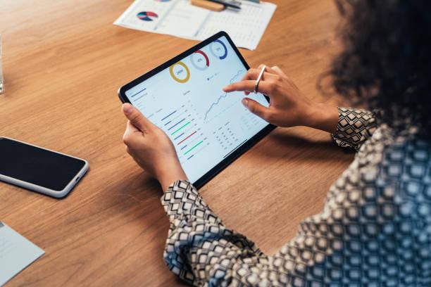 anonyme geschäftsfrau analysiert statistische geschäftsberichte auf ihrem tablet pc im büro, eine nahaufnahme - analysieren stock-fotos und bilder