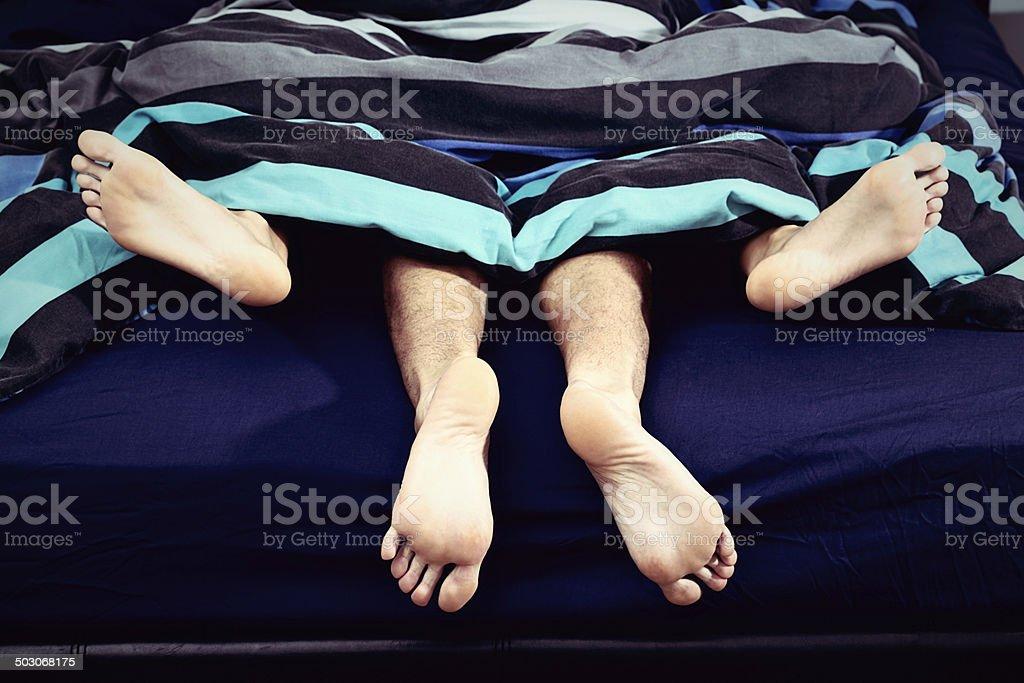 Nero coppia avendo sesso in letto