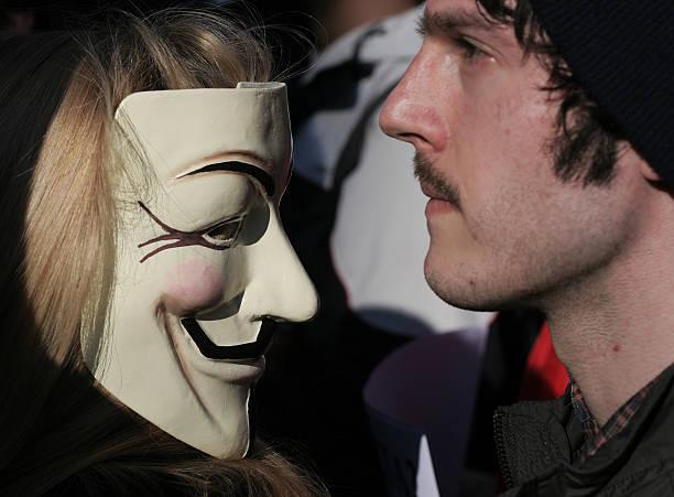 anónima chica y chico - anonymous red activista fotografías e imágenes de stock
