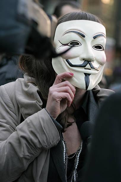 anónima chica - anonymous red activista fotografías e imágenes de stock