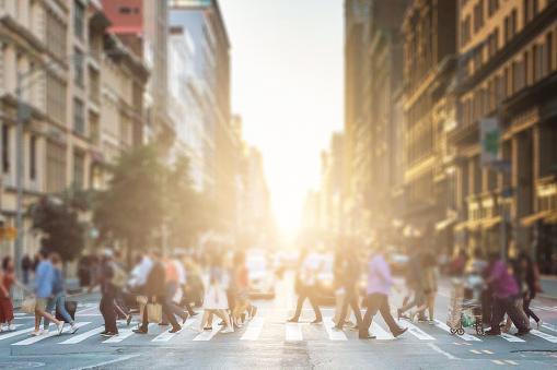 Photo libre de droit de Groupe Anonyme De Personnes Marchant À Travers Un Passage Pour Piétons Dans Une Rue De New York City Avec Une Lumière De Coucher De Soleil Rougeoyante Qui Brille Dans Le Fond banque d'images et plus d'images libres de droit de Abstrait