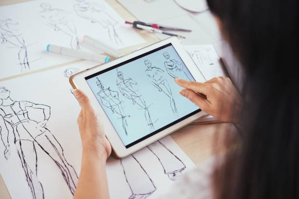 anonyme tailleur défilement croquis sur tablette - croquis de stylisme de mode photos et images de collection