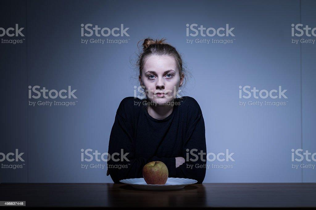 Anorectic Chica y manzana - foto de stock
