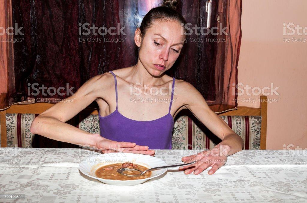 Anorexia. Joven flaca con anorexia negándose a comer. - foto de stock