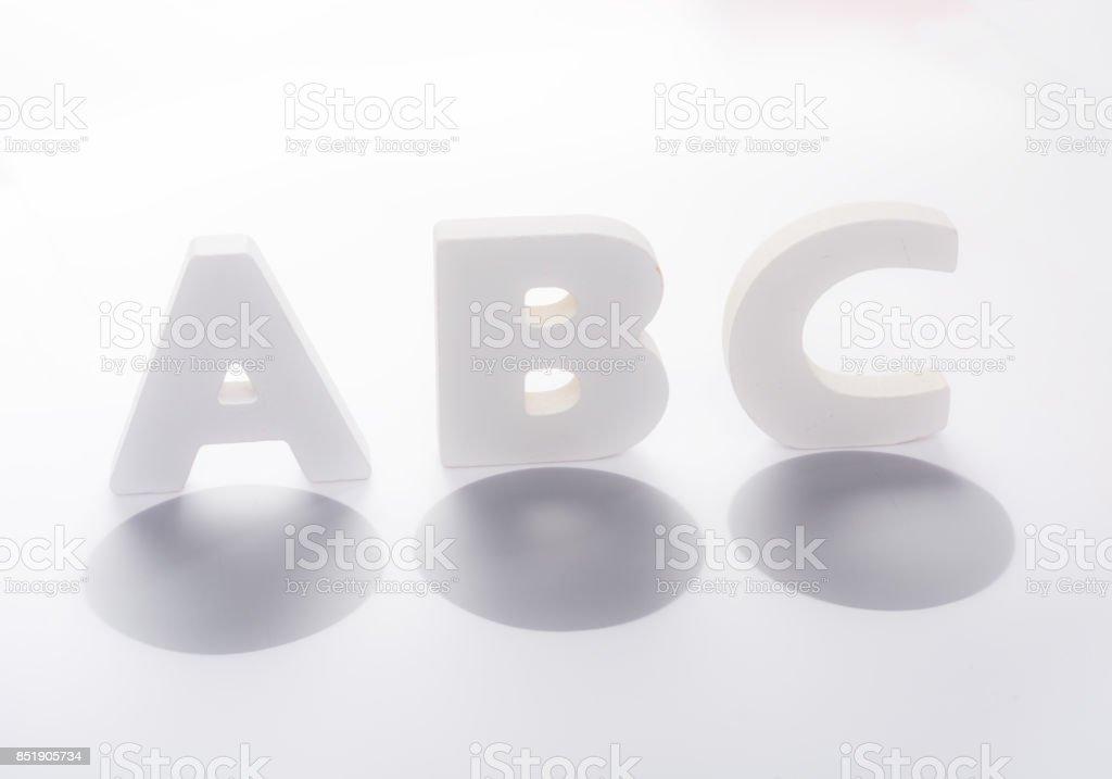 Respuestas múltiples Letras de madera de la opción a, b o c - foto de stock