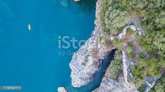 Antalya'nın doğal güzelliği ve Olimpos dağlarının drone çekimi ile gösterilmesi doğa ve tatil videosu. orman fotoğrafı el değmemiş koy fotoğrafları