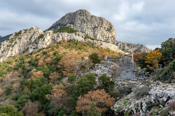 antalya - türkei. 21. dezember 2017. hadrianstor in der antiken stadt termessos, antalya - türkei - hadrian's wall stock-fotos und bilder