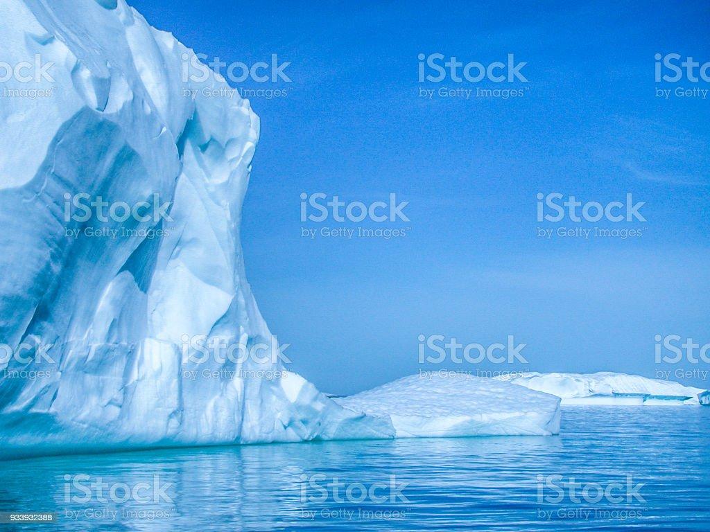 Icebergs de la Antártida Floating Offshore - foto de stock