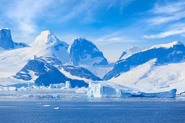 Antártida Lemaire canal a las montañas - foto de stock
