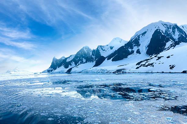 南極ルメール海峡ユキコ山 - 南極旅行 ストックフォトと画像