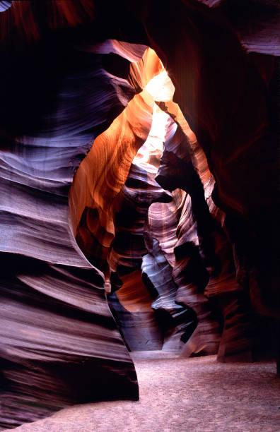 antelope canyon a slot canyon in der nähe von page arizona usa mit abstraktem bild von kokopelli man oder flöte n.r. im licht und schatten der central cathedral area navajo nation reservation - colorado plateau stock-fotos und bilder