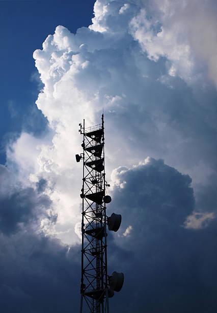 antenna e thunderclouds - emissione radio televisiva foto e immagini stock