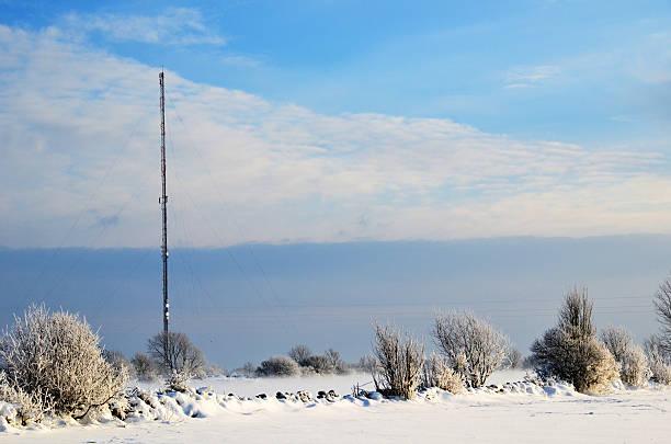 antennes dans un paysage d'hiver - éther photos et images de collection