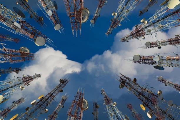 antenne des zellularen handy und kommunikation system turm mit wolke am zentrum blaue himmel, telekommunikation turm perspektive. technologie-konzept. - frequenzen stock-fotos und bilder
