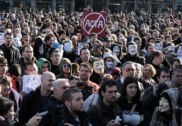 protesta contra el acta - anonymous red activista fotografías e imágenes de stock