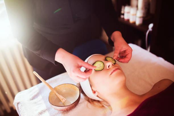 anti-wrinke-therapie - gurkenmaske stock-fotos und bilder