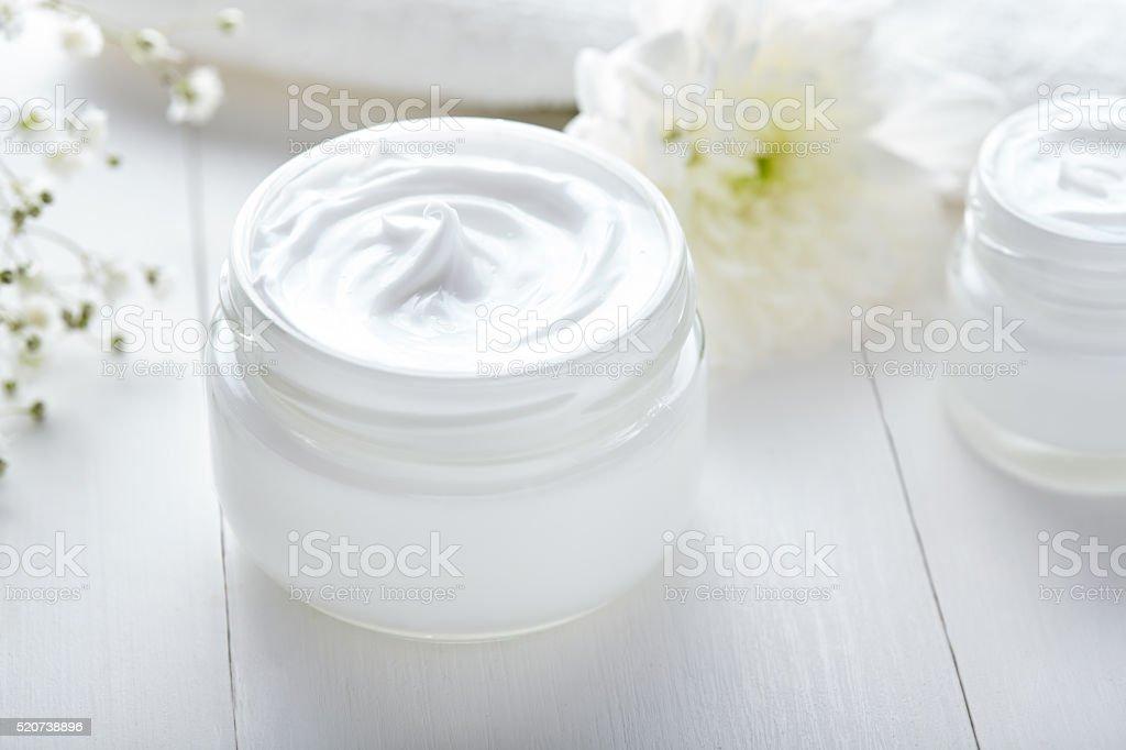 Kosmetische Creme Anti-Falten-Gesichtsbehandlung mit Kräutern und Blumen – Foto
