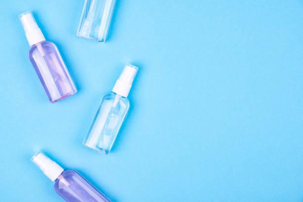 Antibakterielle antiseptische Spray für Hände Desinfektionsmittel auf blauem Hintergrund. Prävention gegen Viren, Bakterien oder Coronaviren. Ort für Text. – Foto