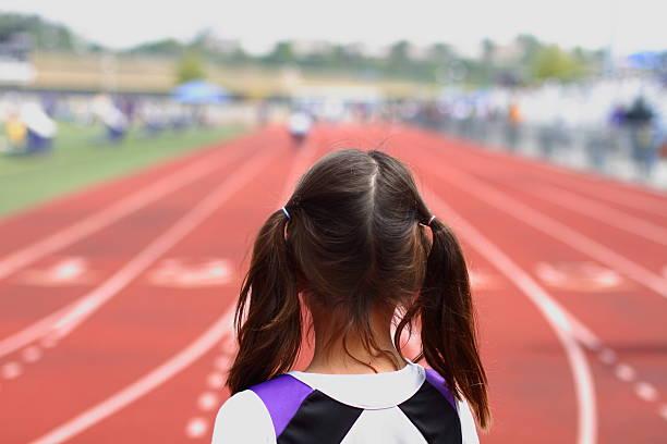 previsione all'inizio di una gara - corsa su pista femminile foto e immagini stock