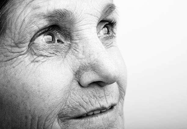 anticipation - une seule femme senior photos et images de collection