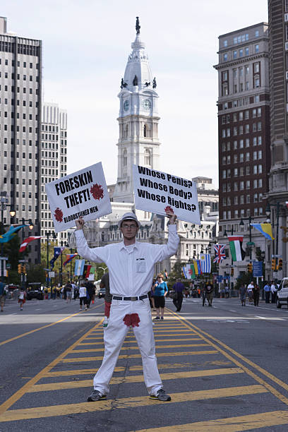 manifestant anti-circumsicion - circoncision photos et images de collection