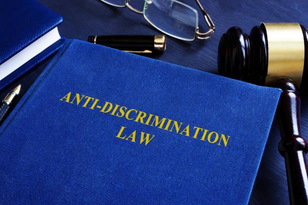 anti-diskriminierungs-gesetz und hammer im hof. - antidiscrimination stock-fotos und bilder