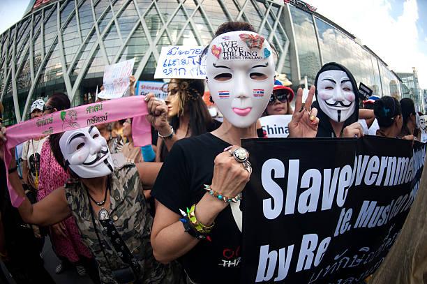 anti-regierung protesters mit guy fawkes masken. - guy fawkes maske stock-fotos und bilder