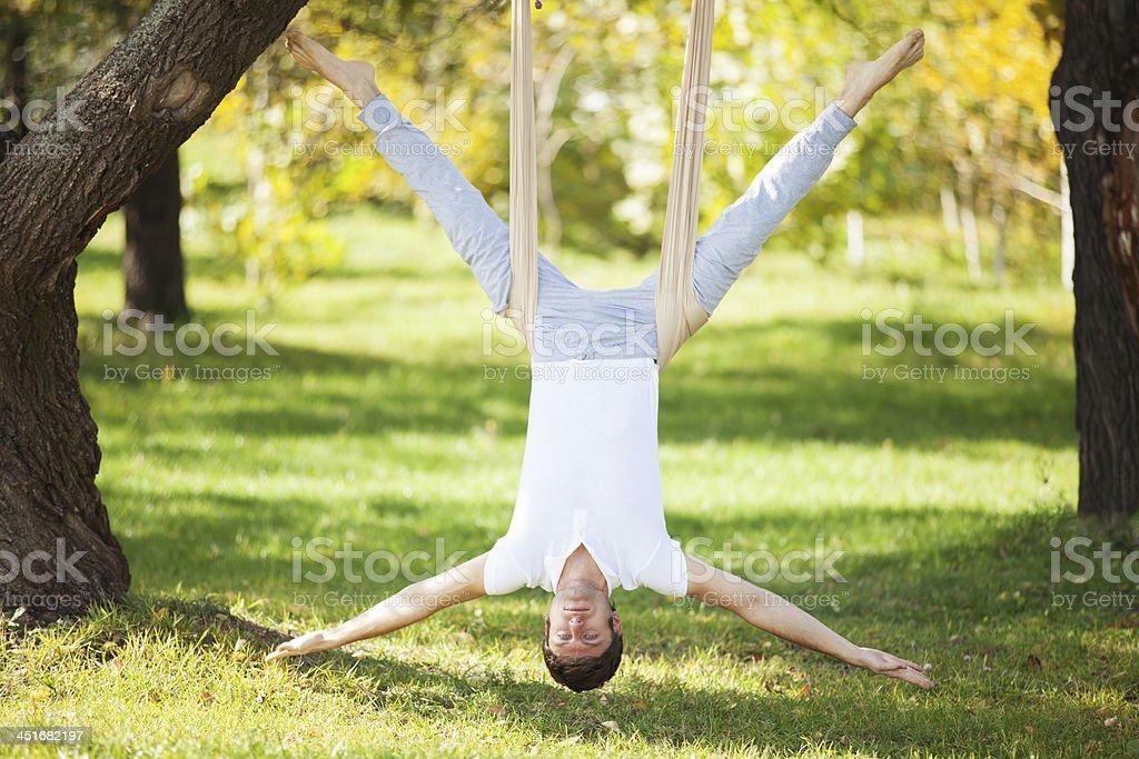 Anti-Schwerkraft, Mann tun Yoga-Übungen im park – Foto