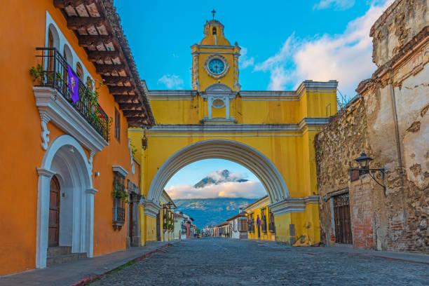 antigua bei sunrise, guatemala - guatemala stadt stock-fotos und bilder