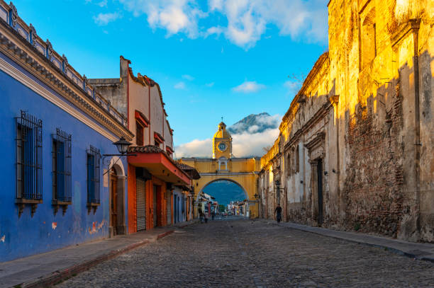antigua-stadt bei sonnenaufgang, guatemala - guatemala stadt stock-fotos und bilder