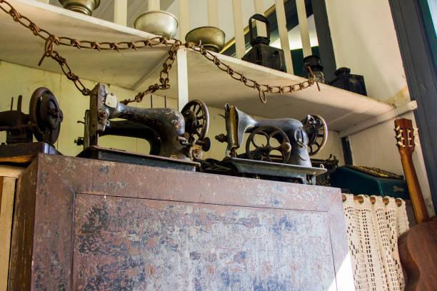 antike  - nähmaschinenschrank stock-fotos und bilder