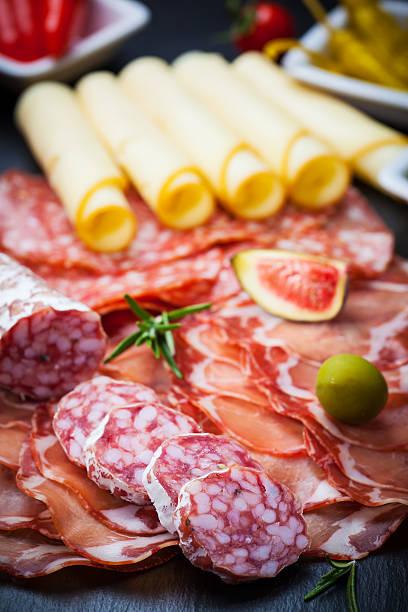 antipasti catering platte - wurst käse dips stock-fotos und bilder