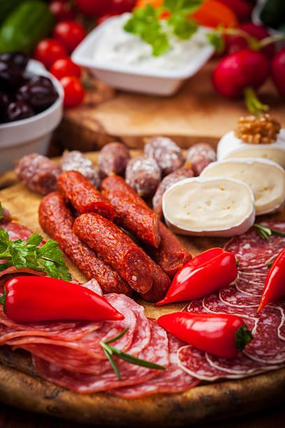 antipasti und appetithäppchen - wurst käse dips stock-fotos und bilder
