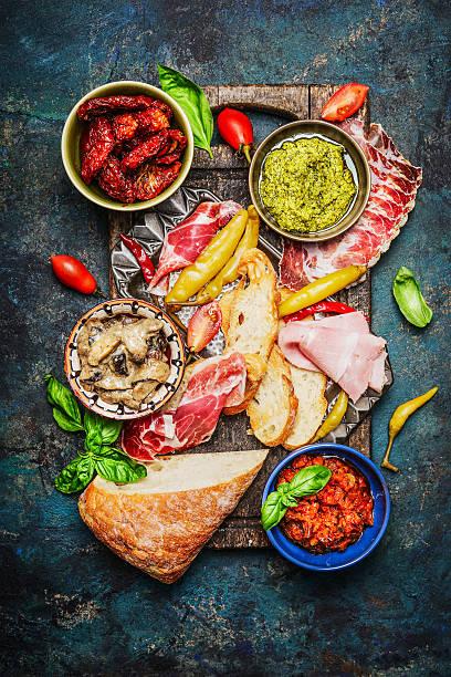 antipasti zutaten für bruschetta oder crostini, - käse wurst salat stock-fotos und bilder