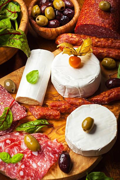 antipasti catering platte mit verschiedenen fleisch und käse produkte - wurst käse dips stock-fotos und bilder