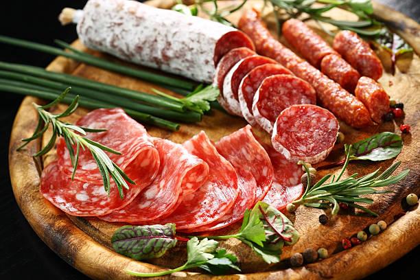 antipasto abendessen platte - wurst käse dips stock-fotos und bilder