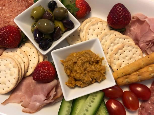 antipasti-platte mit cracker - nahaufnahme - low carb kekse stock-fotos und bilder