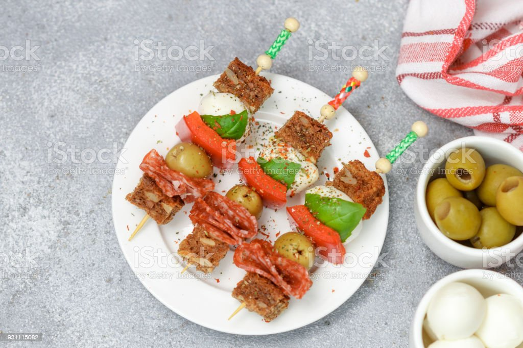 Meze şiş. Adet ekmek, salam, mozzarella, fesleğen, biber ve baharat ile zeytin ve gurme meze yaptı - Royalty-free ABD Stok görsel