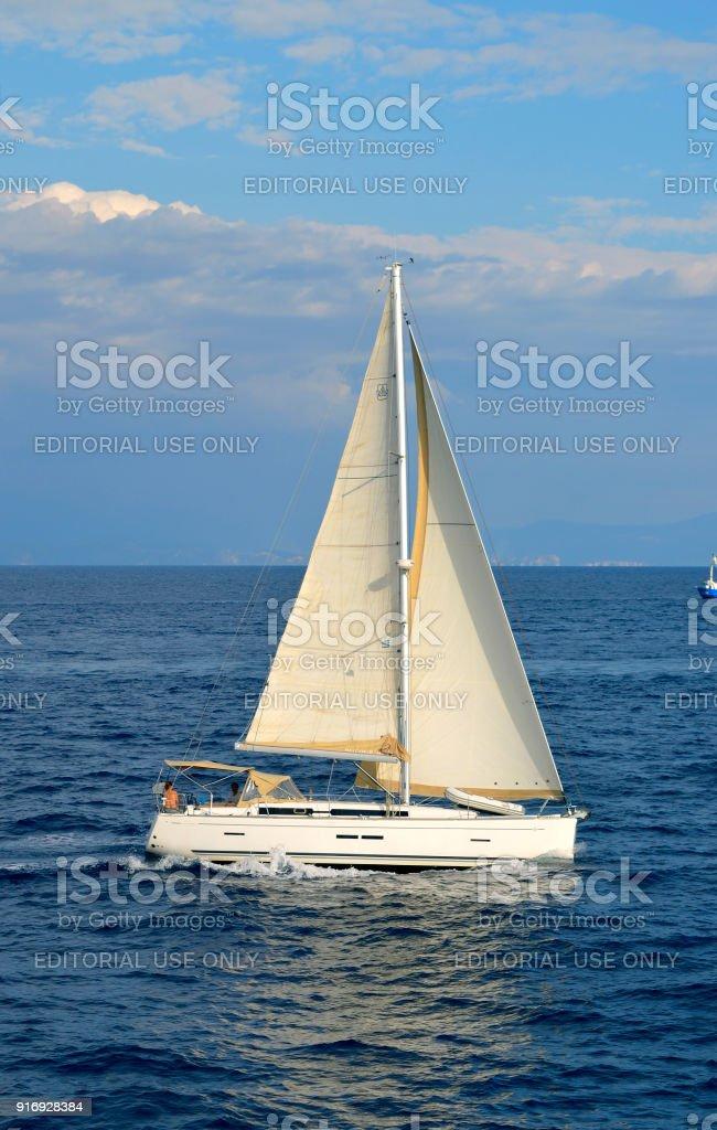 Antipaxos costa um Iate vela no mar Jônico - foto de acervo