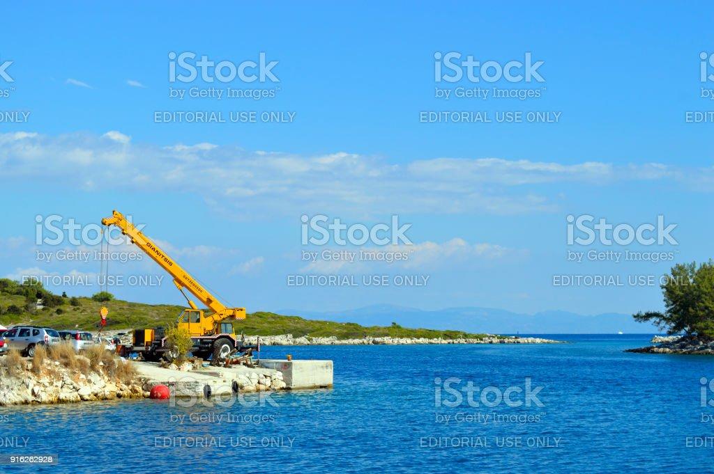 Antipaxos porto um guindaste móvel na ilha grega - foto de acervo