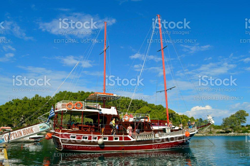 Porto de Antipaxos navio de pirata do capitão gancho - foto de acervo