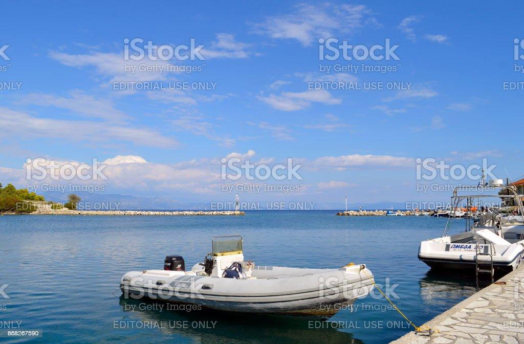 Barcos a motor em Porto de Antipaxos - foto de acervo