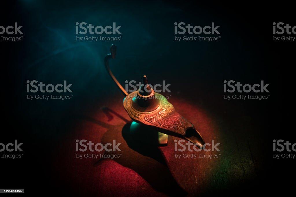 Antique Aladdin mille et une nuits genie style lampe à huile avec une douce lumière blanche fumée, fond noir. Lampe du concept de souhaits - Photo de Aliments et boissons artisanaux libre de droits