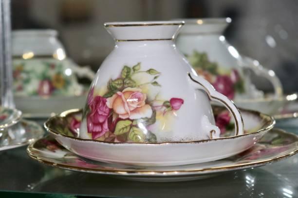 antike und vintage floral bone china englisch teetassen und untertassen - vitrinenschrank stock-fotos und bilder